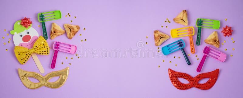 Еврейская предпосылка Purim праздника с hamantaschen печенья, noisemaker и маска масленицы стоковые изображения