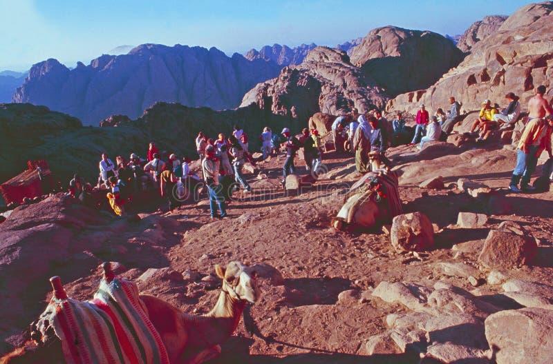 Египет: Паломники и touristson их путь к верхней части держателя Моисея стоковое изображение rf