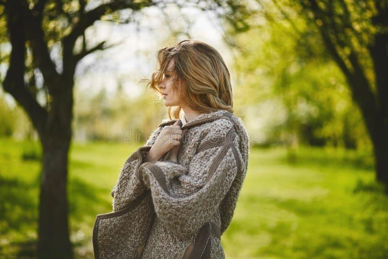 Естественная красота, подлинная белокурая девушка с ультрамодным макияжем представляя outdoors стоковые фотографии rf