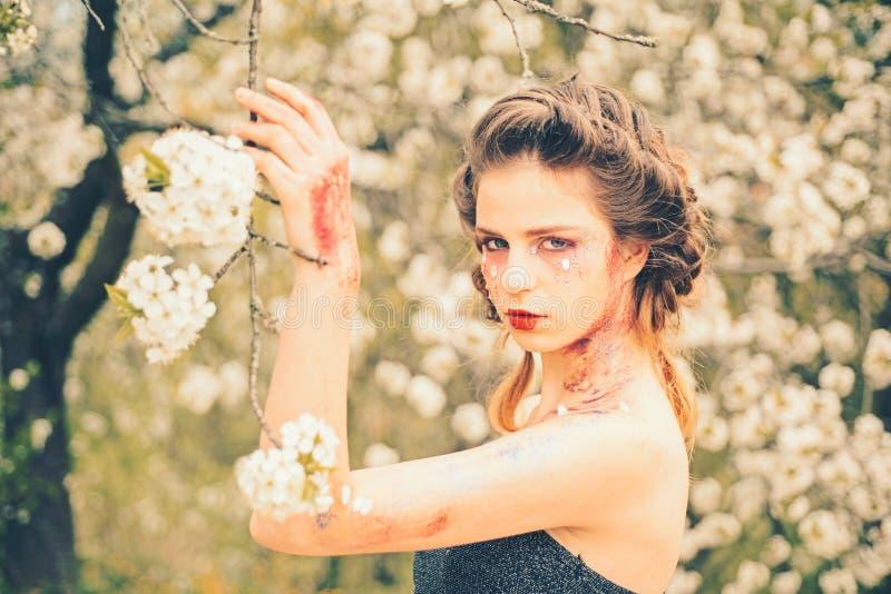 Естественная терапия красоты и спа сторона и skincare женщины здоровья s цветки аллергии к Женщина с макияжем моды весны стоковое фото rf