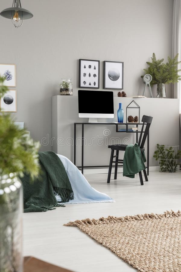 Естественный ковер белья на поле серого интерьера спальни с домашним офисом для подростка стоковое фото rf