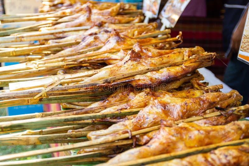 Жареный цыпленок стиля Тайской кухни еды улицы Таиланда в печи угля стоковое изображение rf