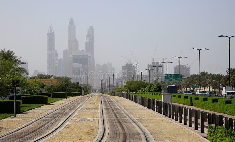 Железнодорожные пути водя к Марине Дубай стоковые фотографии rf