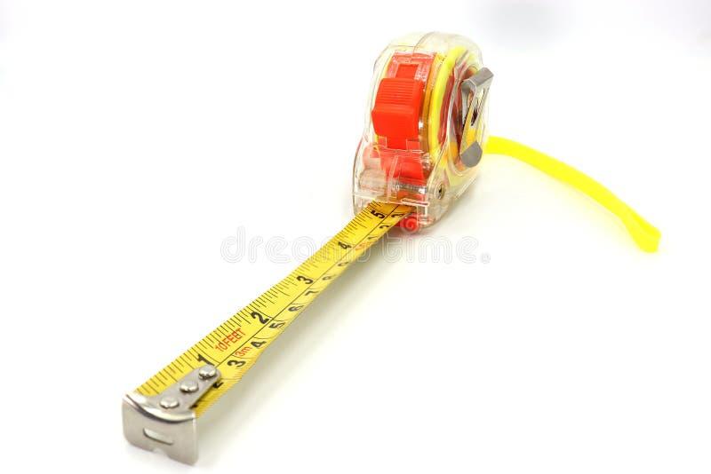 Желтая измеряя лента изолировала отрезок вне на белой предпосылке, взгляде сверху стоковая фотография rf