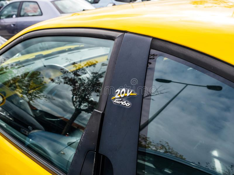Желтый покрашенный Coupe 20v Turbo Фиат стоковое фото