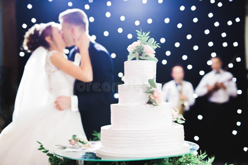 Жених и невеста на свадьбе режа свадебный пирог стоковые изображения