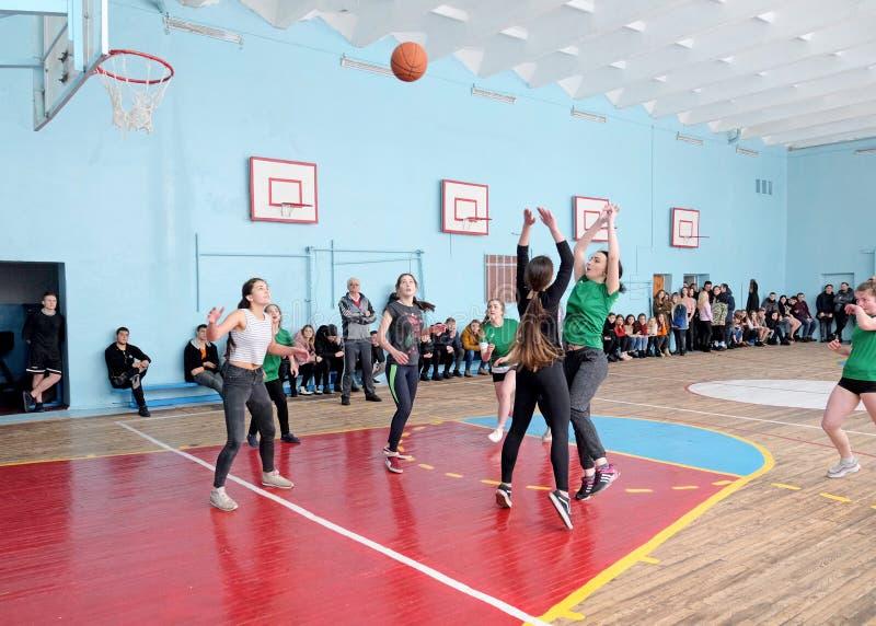 Женская баскетбольная команда средней школы от Восточной Европы играя игру стоковое фото