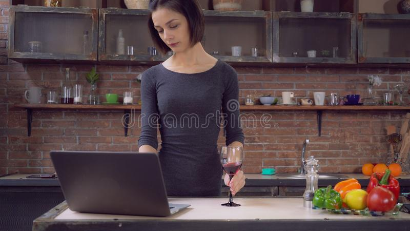 Женский беседовать в социальном сетчатом ПК пользы самостоятельно в квартире стоковое фото rf