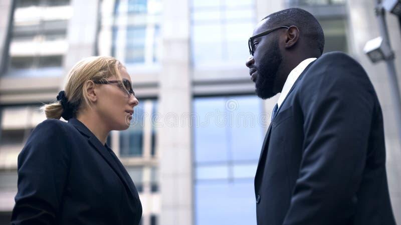 Женский менеджер противореча с работником, разногласием на работе, недоразумении стоковая фотография