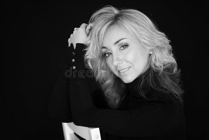 Женский портрет на черной предпосылке Женщина блондинка, эмоции стоковое изображение