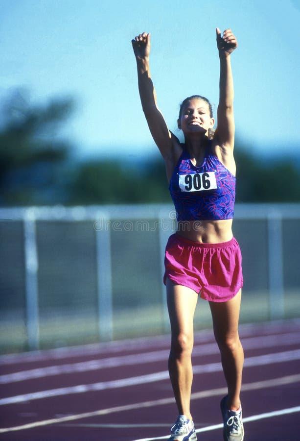 Женский спринтер бегуна работая и тренируя стоковые фотографии rf