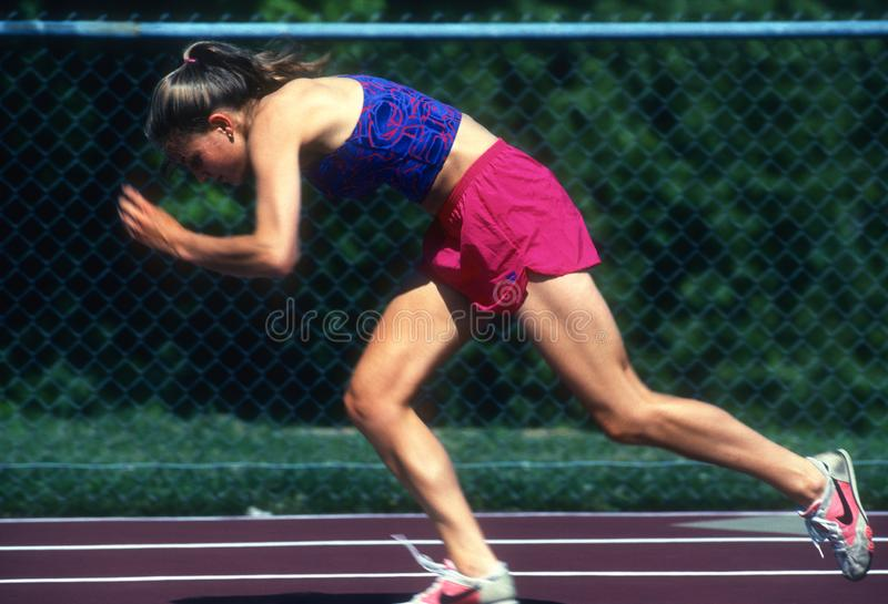 Женский спринтер бегуна работая и тренируя стоковое изображение