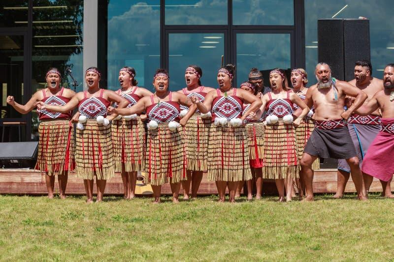 Женский раздел маорийской группы танца haka kapa, Новой Зеландии стоковая фотография