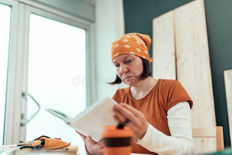 Женское руководство по эксплуатации проекта чтения DIY плотника стоковая фотография