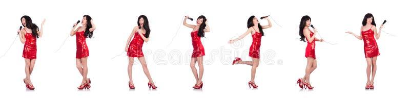Женщина в красных песнях петь платья стоковые фото
