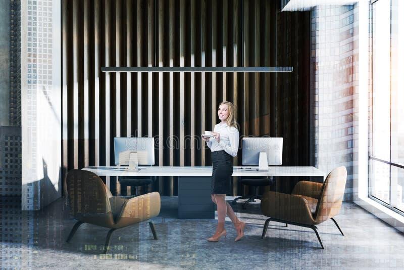 Женщина в деревянном и конкретном офисе менеджера стоковые изображения