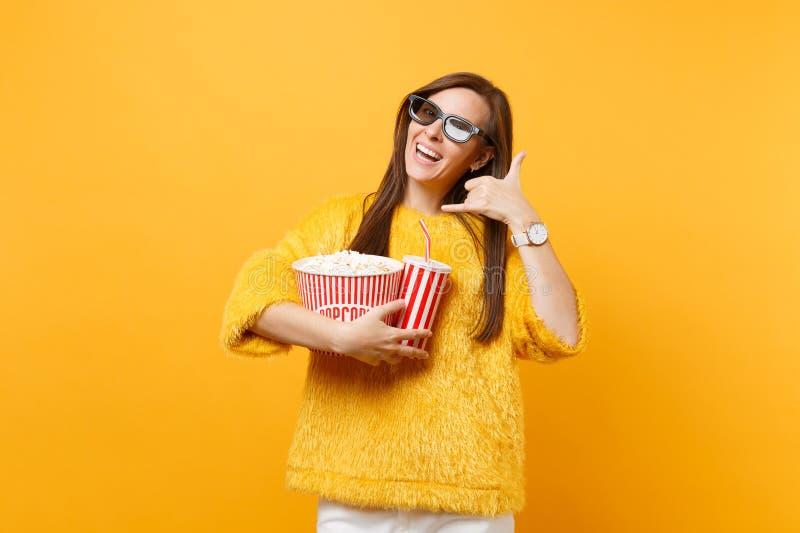 Женщина в стеклах imax 3d смотря фильм фильма в кино держа чашку попкорна соды делая жест телефона как говорит: звонок стоковое изображение rf