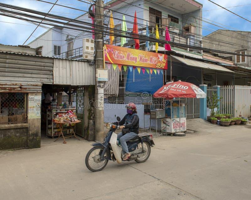 Женщина ехать мотоцикл с 2019 С Новым Годом! знаменами в предпосылке, Phuong Nam, Вьетнаме стоковое фото rf