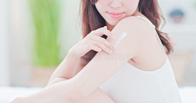 Женщина заботы кожи прикладывая солнцезащитный крем стоковые фото