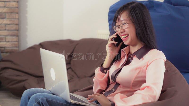 Женщина использует современный взгляд интерьера прибора стоковое фото