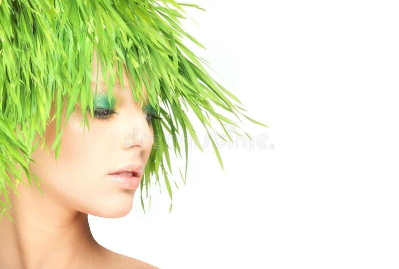 Женщина красоты природы с свежими волосами травы стоковые изображения rf