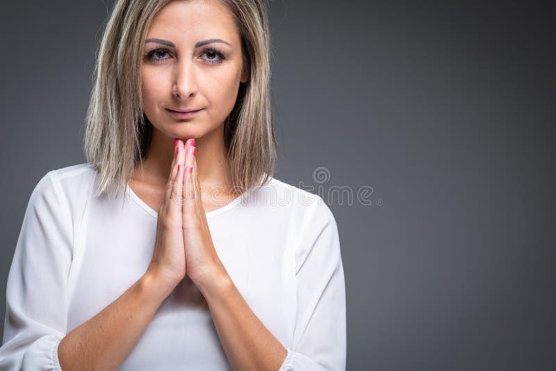 Женщина моля к ее богу стоковое изображение