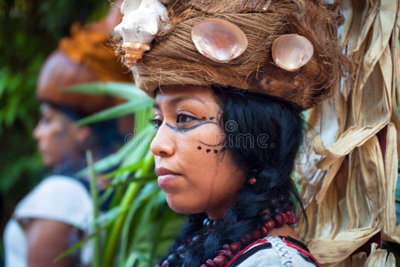 Женщина на представлении пре-испанца майяском в джунглях стоковое изображение