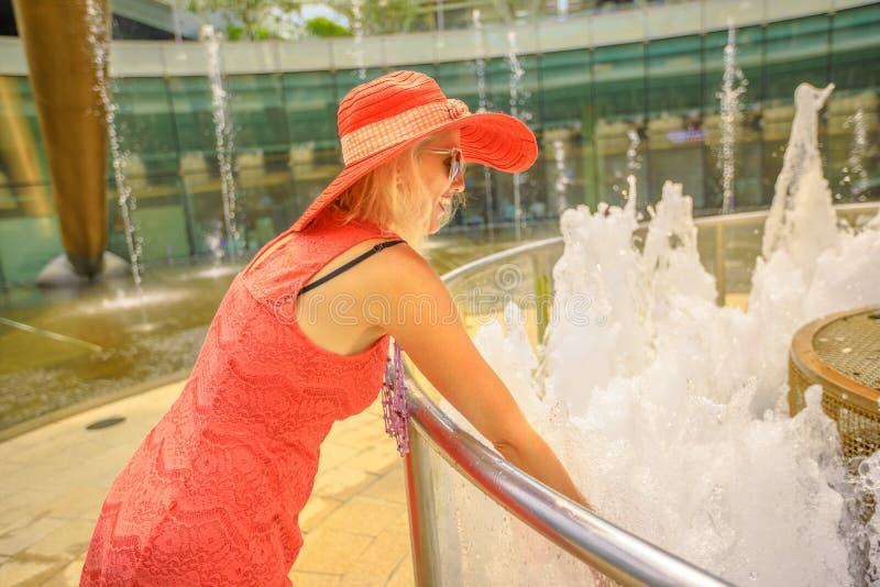 Женщина на фонтане богатства стоковые фотографии rf