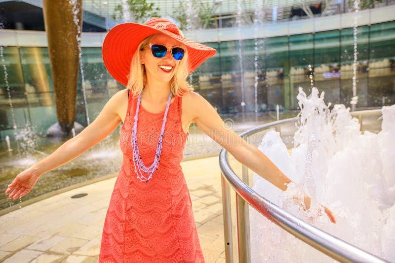 Женщина на фонтане богатства стоковые фото