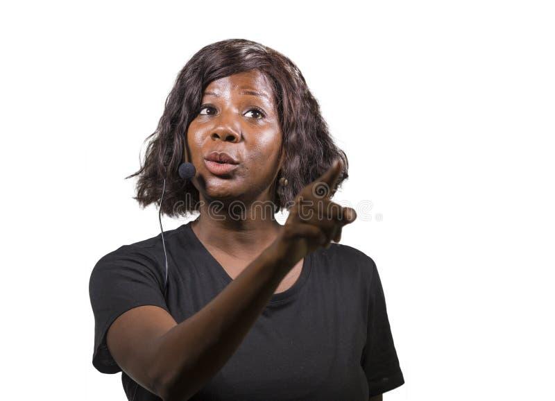 Женщина предпринимателя успешного черного афро американская говоря на корпоративном тренируя семинаре события давая тренировать м стоковое изображение rf