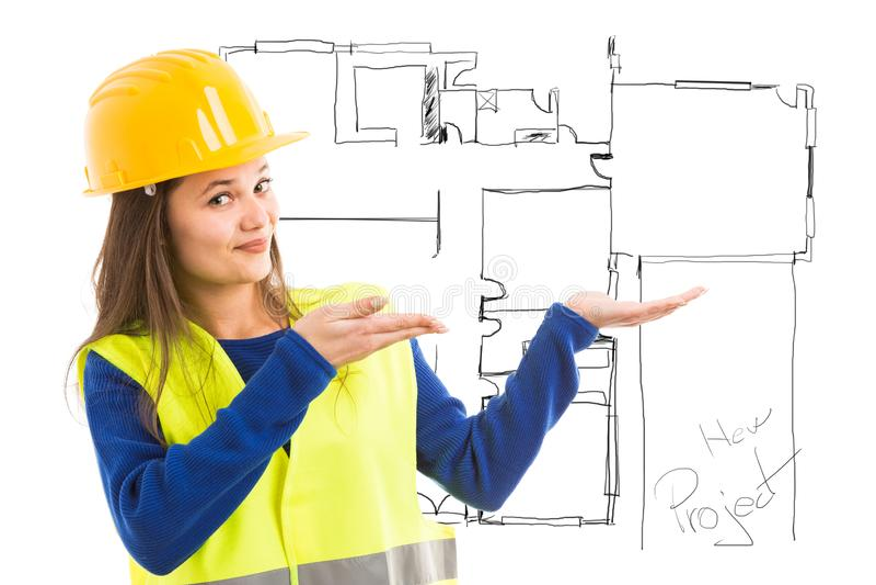 Женщина представляя чертеж плана дома стоковое фото rf