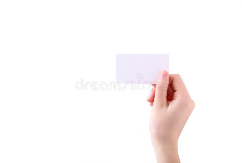 Женщина держа белую визитную карточку в руке изолированной на белой предпосылке стоковая фотография rf