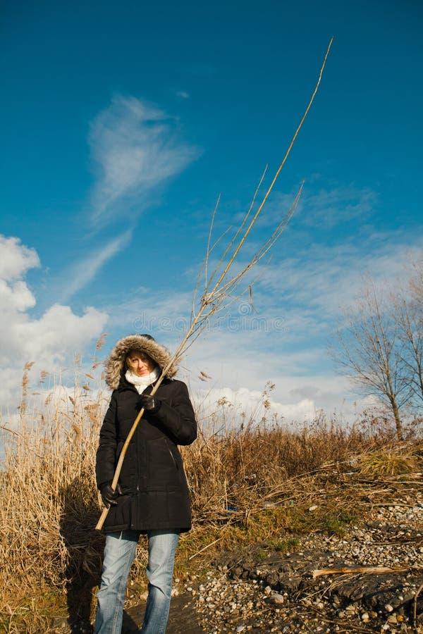 Женщина держа длиной купила - солнечный день, используемый рассеянный свет стоковые изображения rf