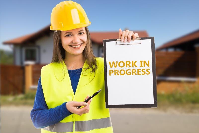 Женщина держа доску сзажимом для бумаги работы в процессе стоковая фотография rf