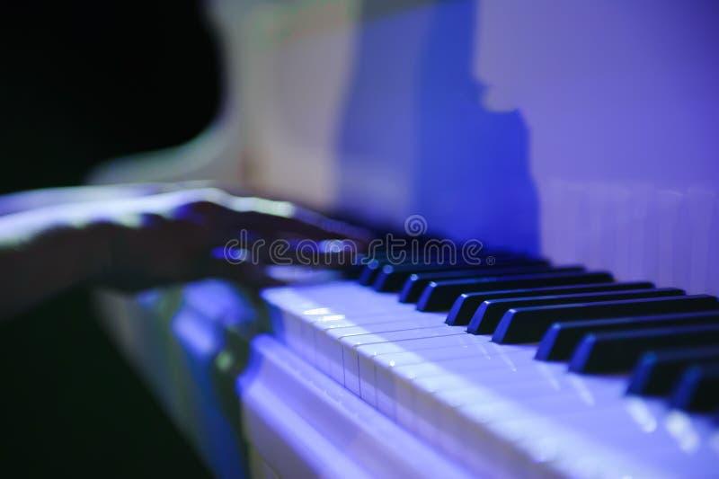 Женщина с белым роялем на этапе стоковое изображение