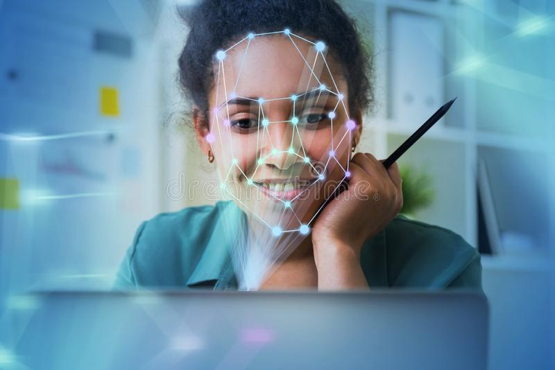 Женщина с ноутбуком, распознаванием лиц стоковые изображения rf