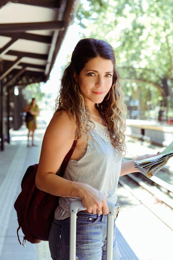 Женщина с чемоданом ждать поезд стоковые изображения rf