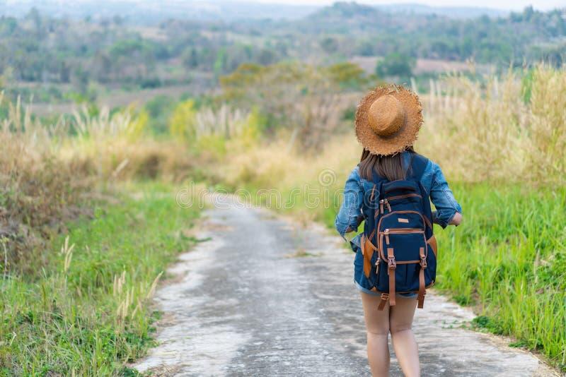 Женщина с рюкзаком идя на тропу в природе стоковое изображение rf