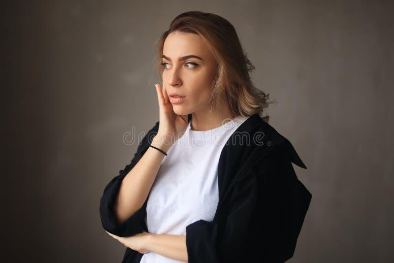 женщина сотрястенная портретом Удивленная белокурая девушка с раскрытым ртом стоковые фото