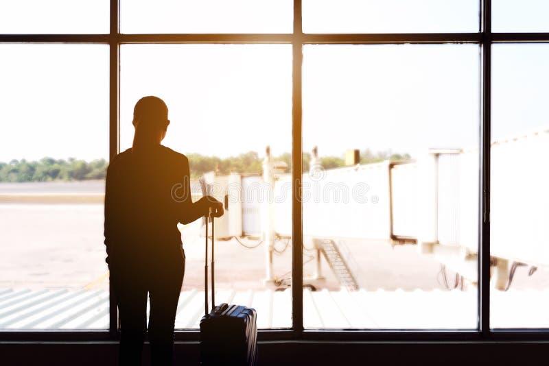 Женщины и багаж путешественника на концепции перемещения крупного аэропорта стоковые фотографии rf