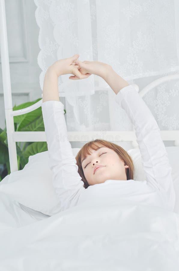Женщины нося белые рубашки как раз проспали вверх стоковые изображения