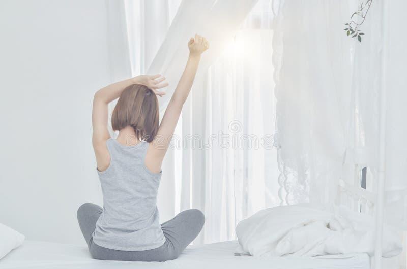 Женщины нося белые рубашки как раз проспали вверх стоковое изображение