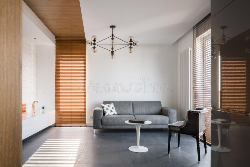 Живущая комната с деревянными деталями стоковая фотография rf