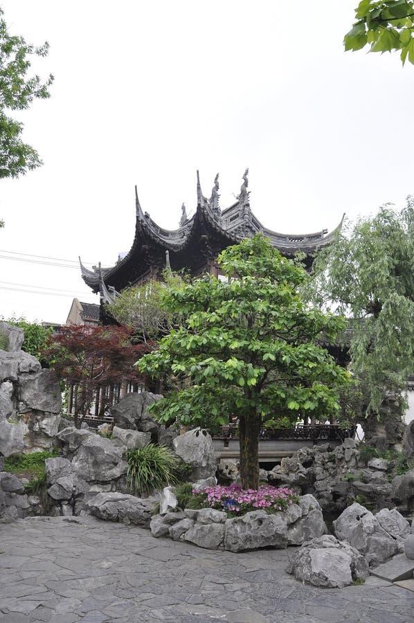 Живописный ландшафт с дизайном Rockery в известном саде Yu в центре города Шанхая стоковая фотография