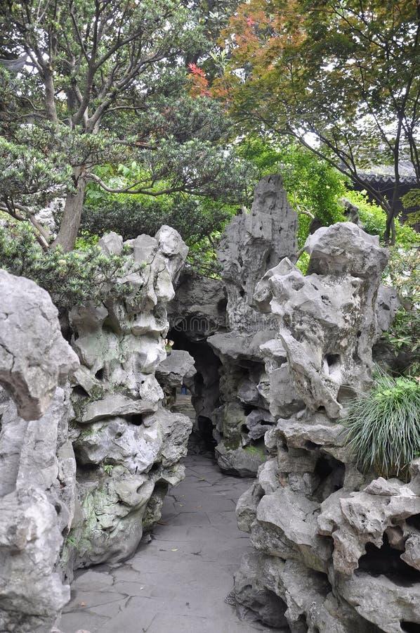 Живописный ландшафт с дизайном Rockery в известном саде Yu в центре города Шанхая стоковые фотографии rf