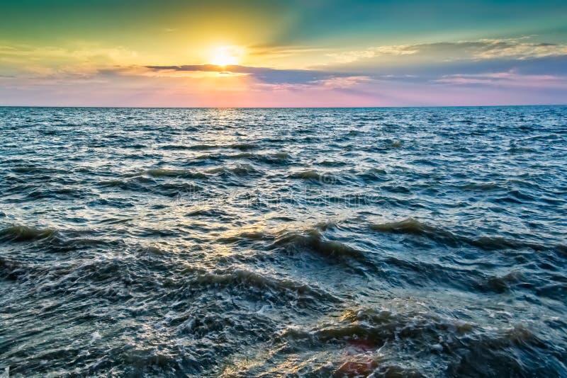 Живописный яркий заход солнца над голубыми волнами моря стоковая фотография rf