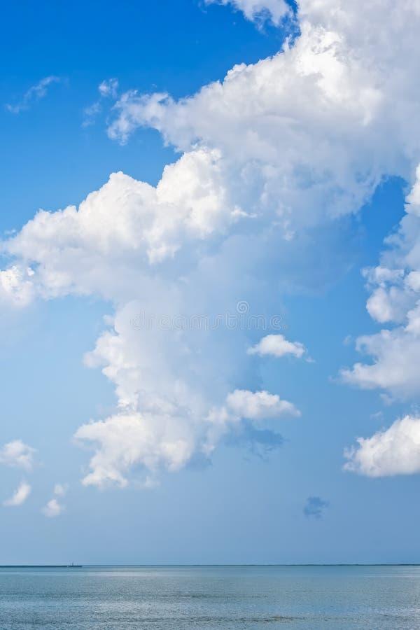Живописный seascape с белыми пушистыми облаками над морем стоковая фотография