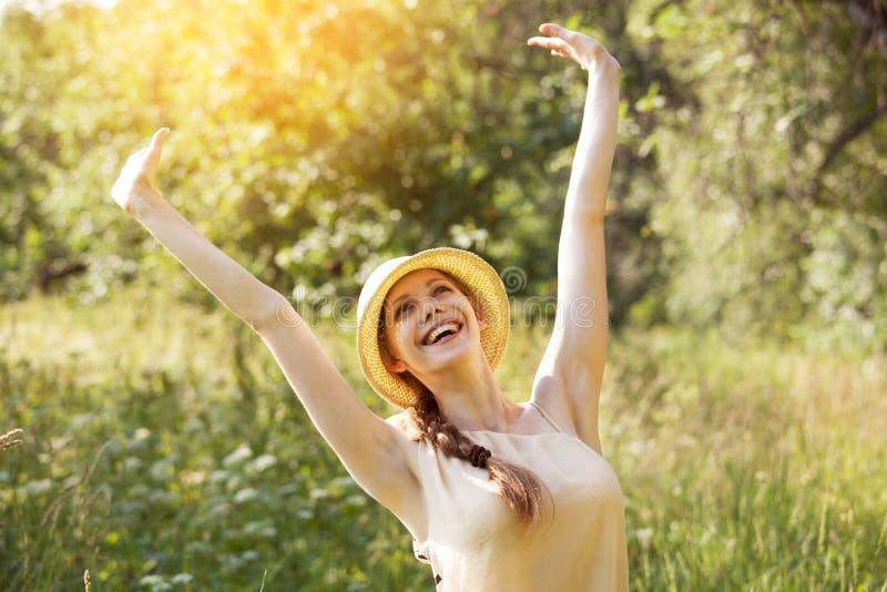 жизнерадостные счастливые детеныши женщины стоковые изображения