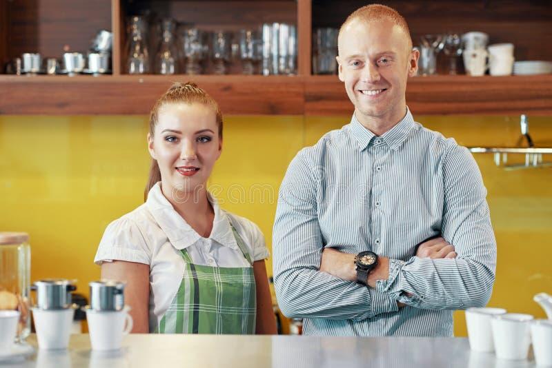 Жизнерадостные работники современной кофейни стоковая фотография rf
