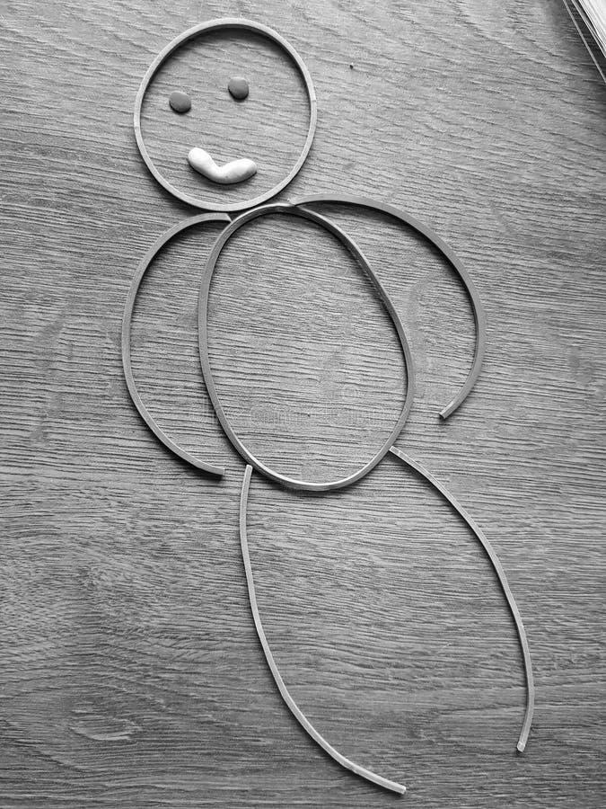 Жизнерадостный маленький человек покрашенных круглых резинк на таблице стоковые фотографии rf